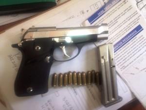 Ésta es la pistola que estaba en poder del joven, autoridades, alertan por posible uso de menores para transportar armas ilegales.