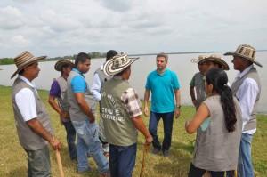 Durante el acto de entrega, el Alcalde de Montería socializó con los indígenas del resguardo Zenú.
