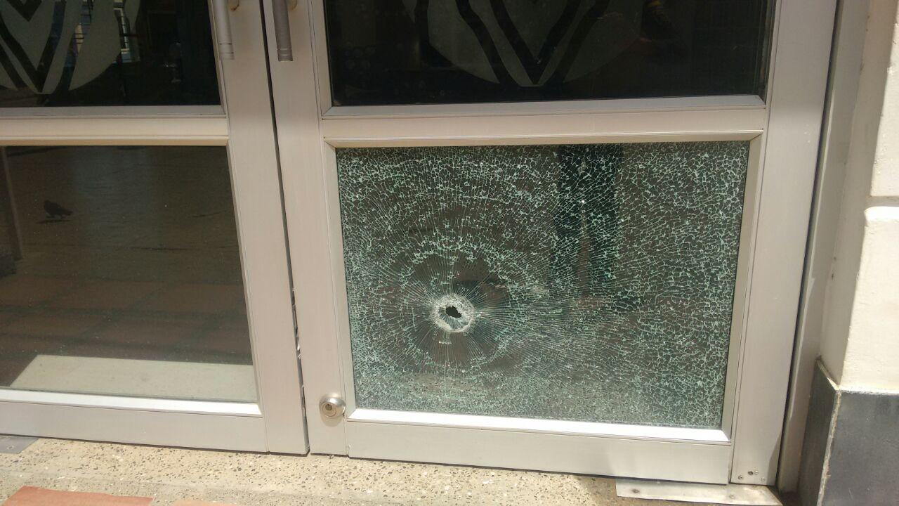 Así quedó la puerta del Banco Agrario de Ciénaga de Oro, luego del intento de hurto que frustró la Policía.