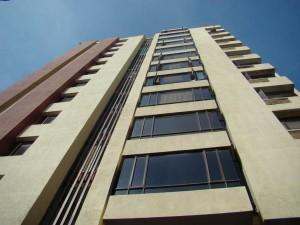 Este es el edificio Las Delicias, de donde cayó el joven.
